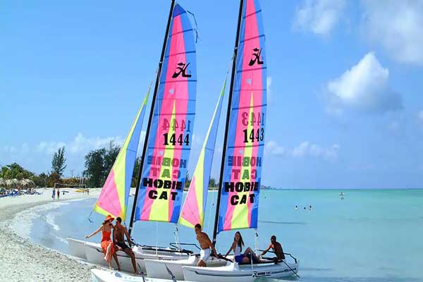 CATAMARAN-ON-THE-BEACH-PARADISUS